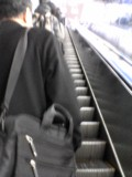 東京駅中央線ホームへのエスカレーターにて